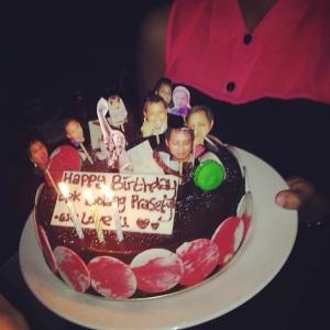 Kue dengan dekorasi DIY oleh istrinya. Yang akhirnya cuma jadi pajangan aja karena tragedi pecahnya gelas champagne dan masuk ke kue nya.. zzz