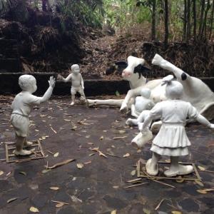 Filosofi patung sapi yang di gandrungi anak kecil memperlihatkan keprihatinan masa kini anak - anak lebih menyukai susu sapi daripada susu asi